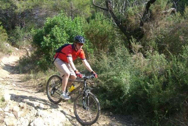 Fullys sind auf den steinigen Trails ideal, ein Hardtail tut es zur Not auch.