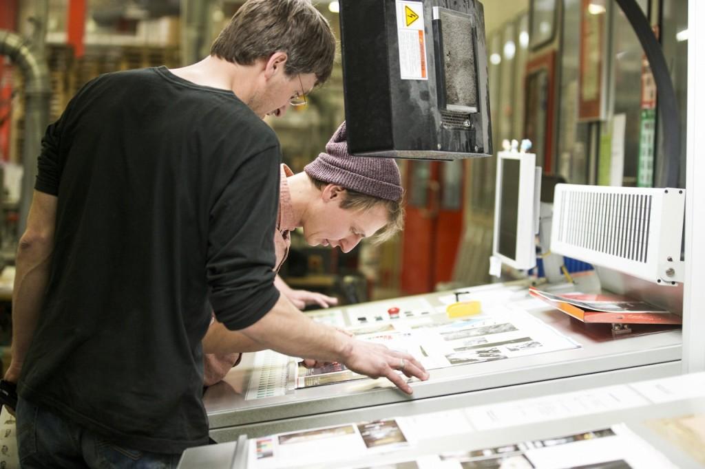 Testchef Johannes Haidn und Chefredakteur Norman Bielig bei der Freigabe der Inhaltsdruckbögen.
