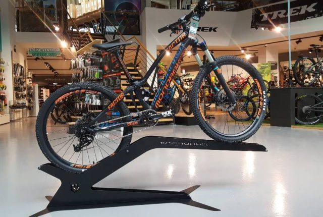 Top: Mondraker Factor 24″ Kids Enduro 2017