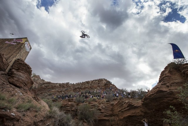 Kelly McGarry Canyon Backflip - Foto: Christian Pondella / Red Bull Content Pool
